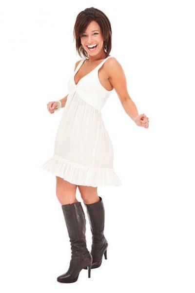 weißes Kleid + schwarze Stiefel